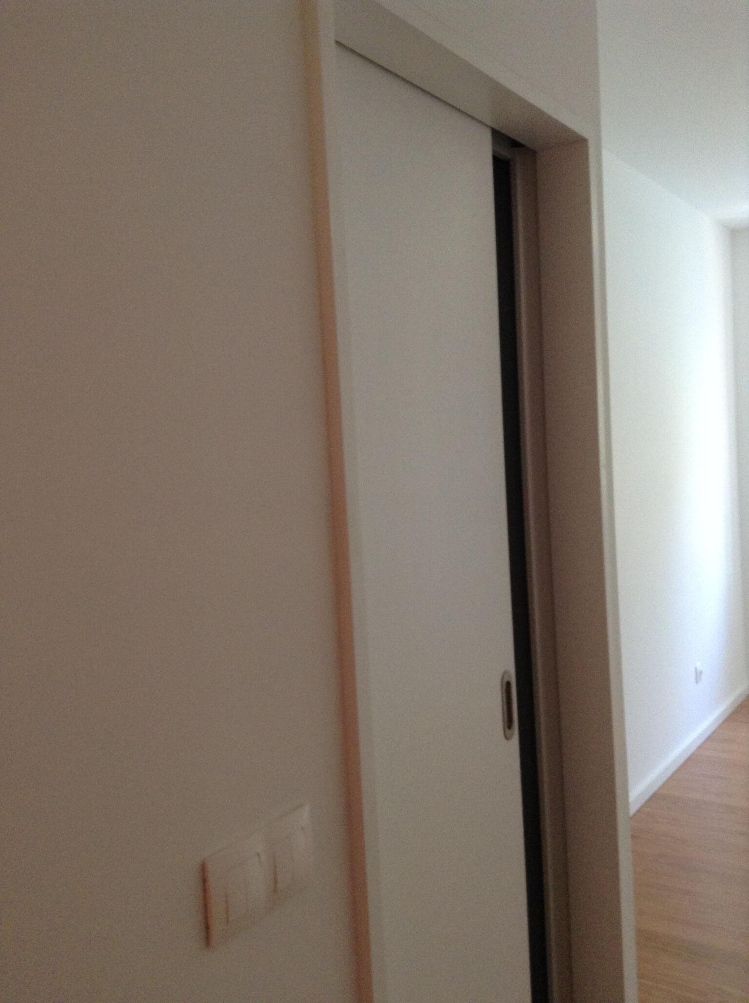 Obras em Gaia, reabilitação de moradia junto à Ponte D. Luís. Porta interior de correr lacada a branco.